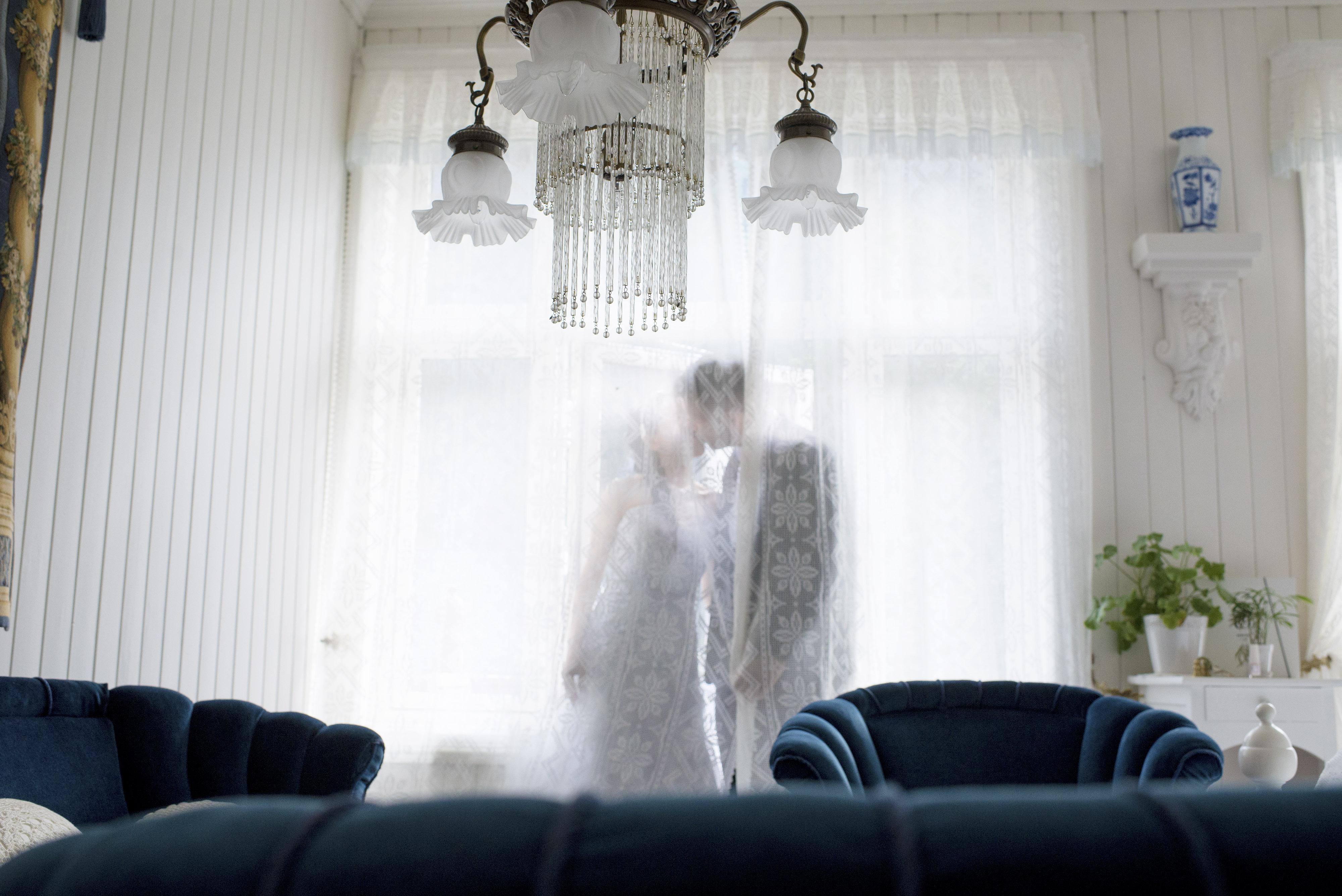 Bryllupsfotografering Sunnmøre-gammelt hotell, blå møbler, kysset