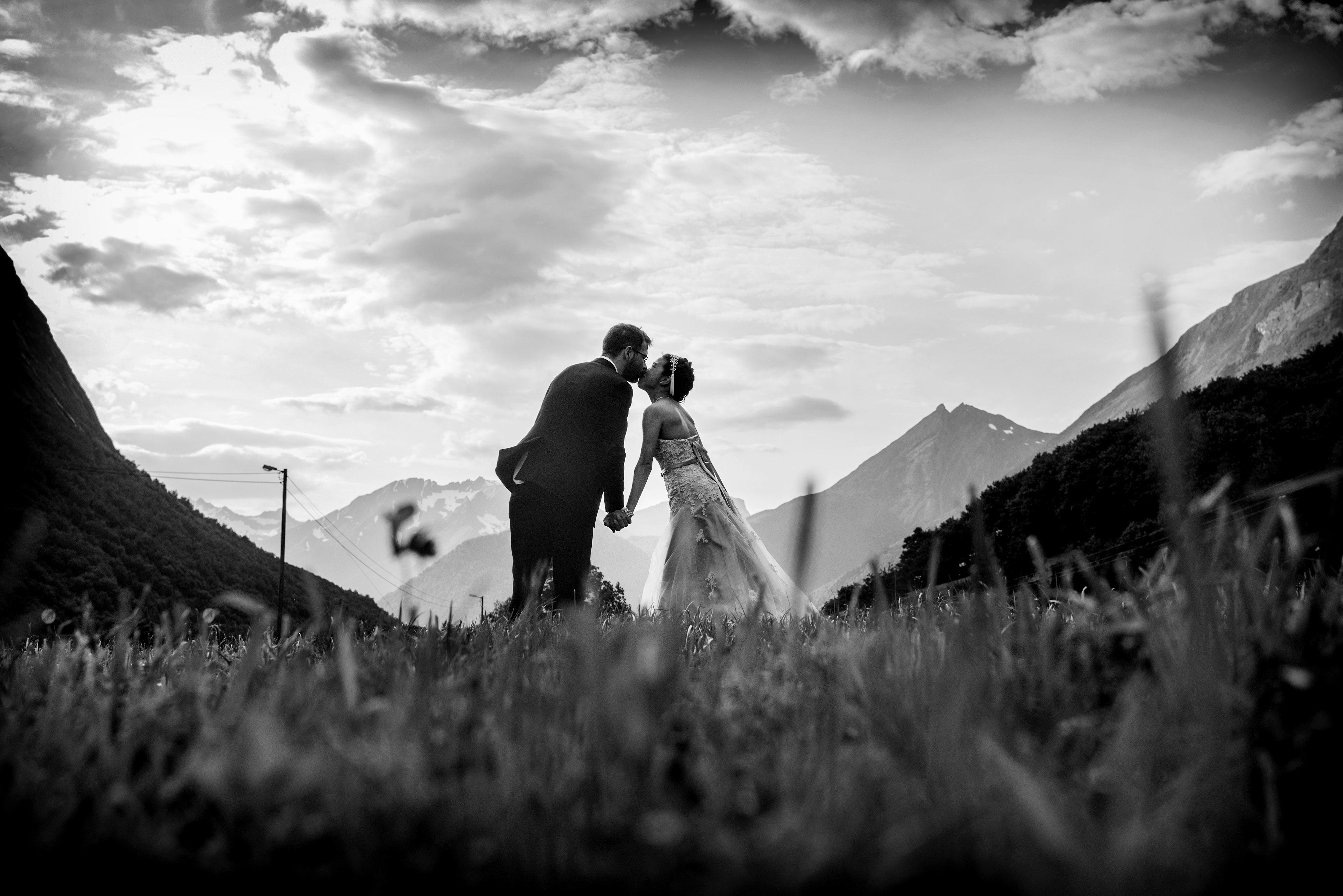 Sort hvitt bilde, kysset, bryllups fotografering fra Sunnmøre, dramatisk himmel
