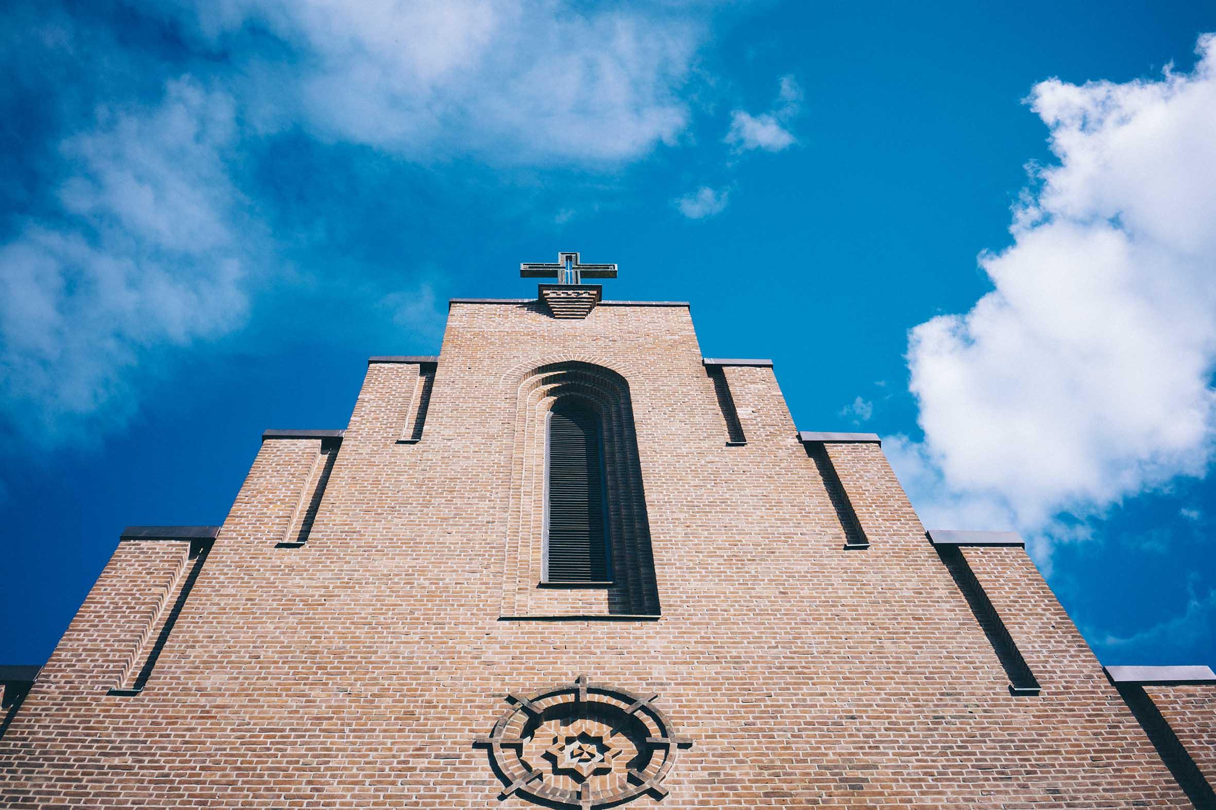 Blå himmel, kirke, vielse, bryllupsfotografering fra ekeberg