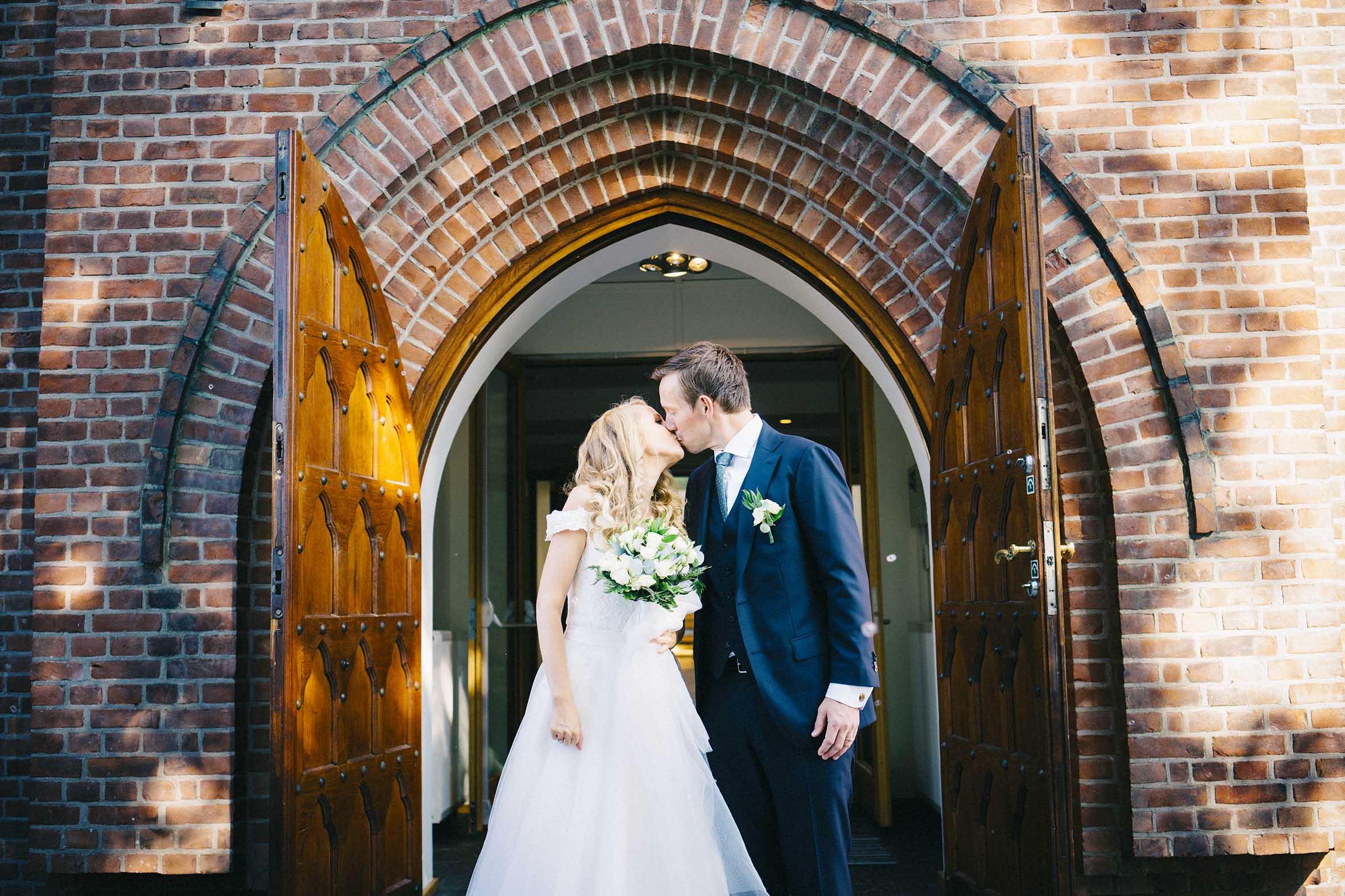 Brudepar kysse på trappen etter vielse, høstbryllup fra Ekeberg