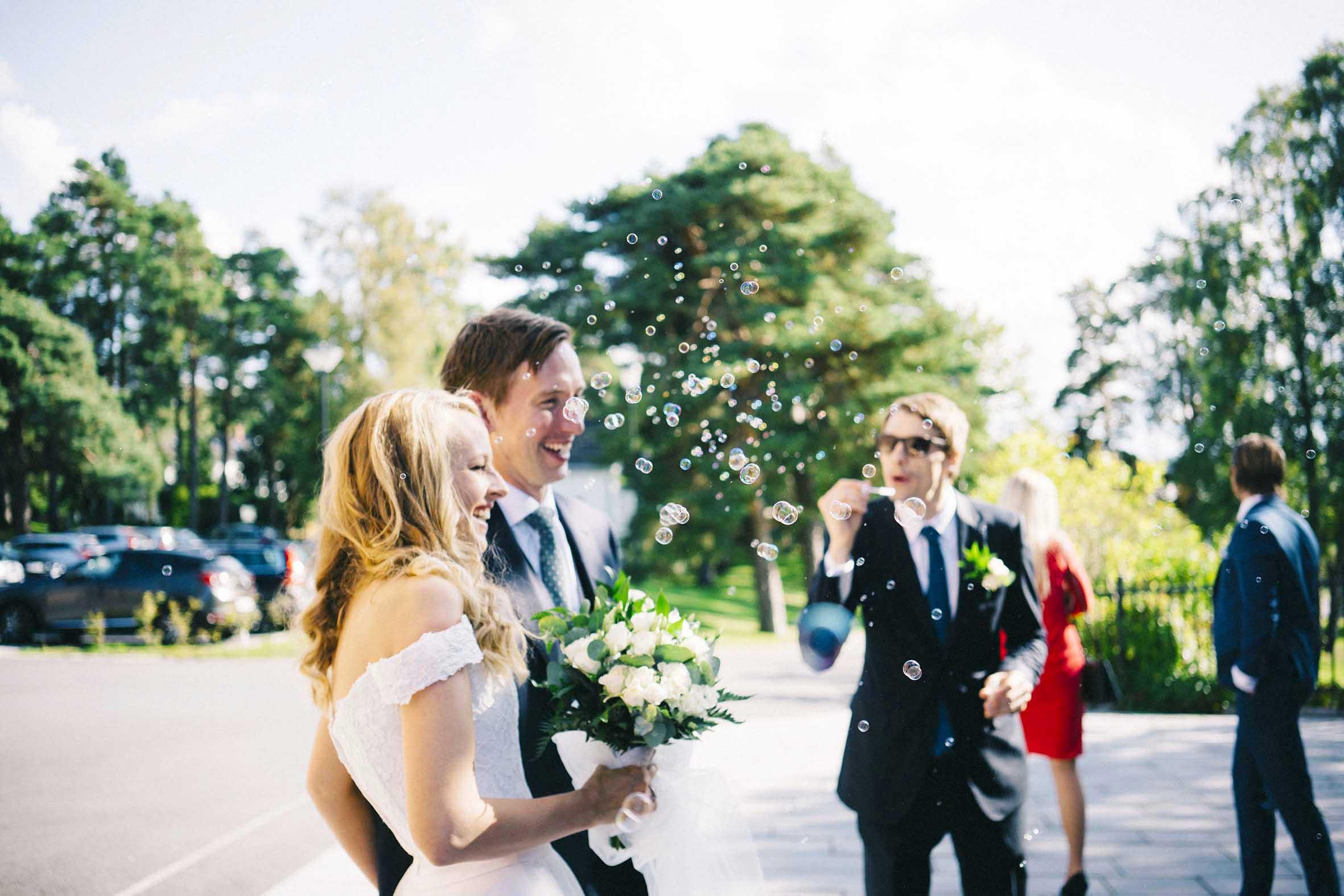 Såpebobler blåses på den nye paret bryllupsfotografering fra Ekeberg