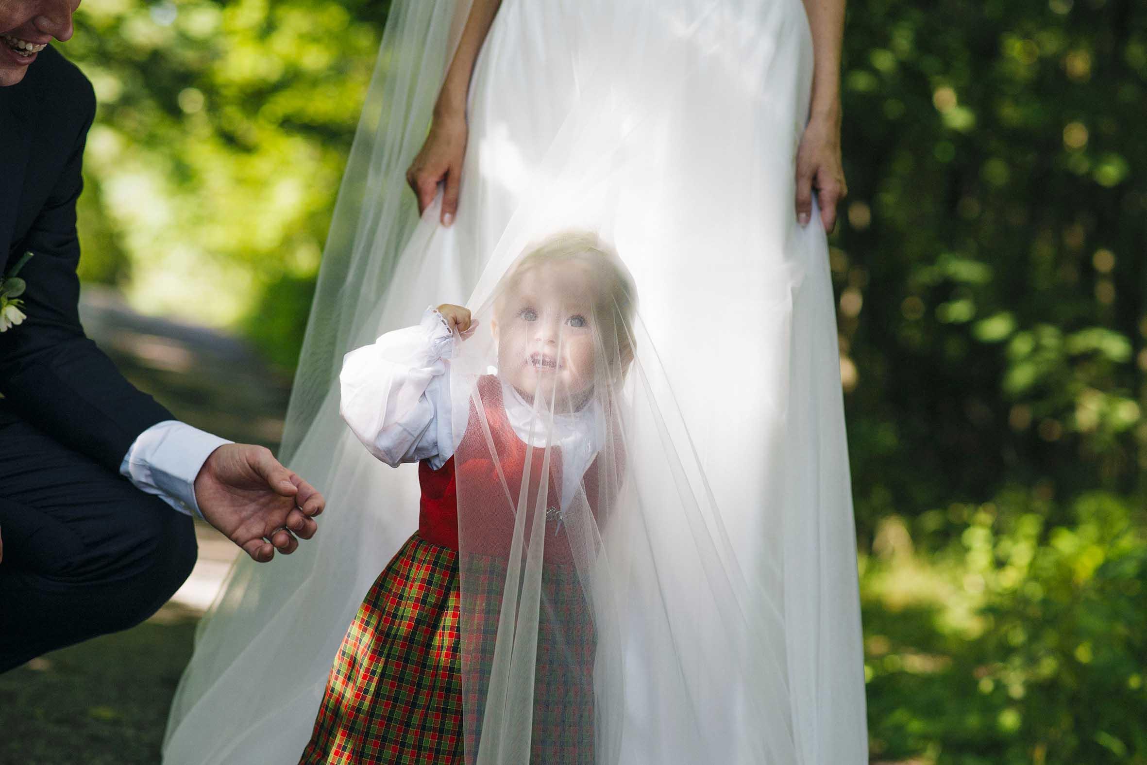 Høstbryllup fra Oslo. Datteren til paret gjemmer seg under Brudekjolen.