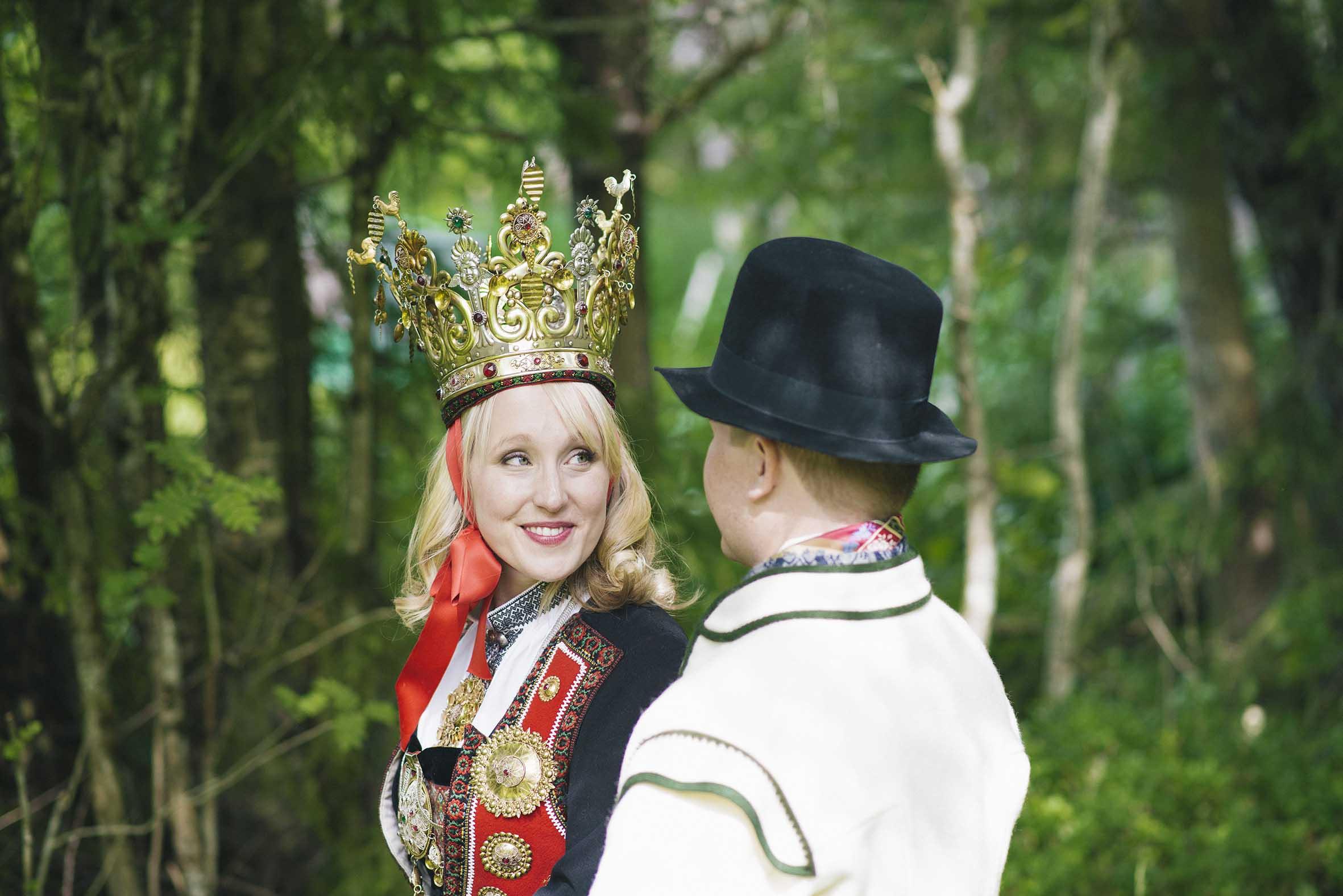 Vakkert bunads bryllup med tradisjoner tatt av anbefalt bryllupsfotograf i Oslo
