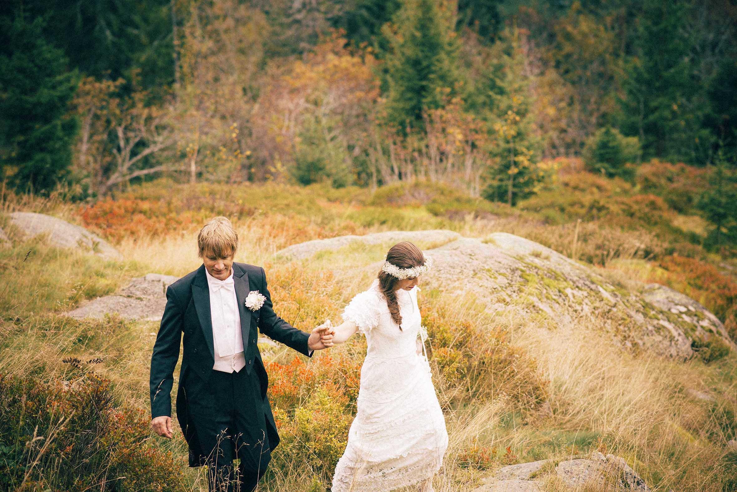 Brud og brudgom vandrer i skogen langs Soria Moria fotografert av anbefalt bryllupsfotograf Oslo