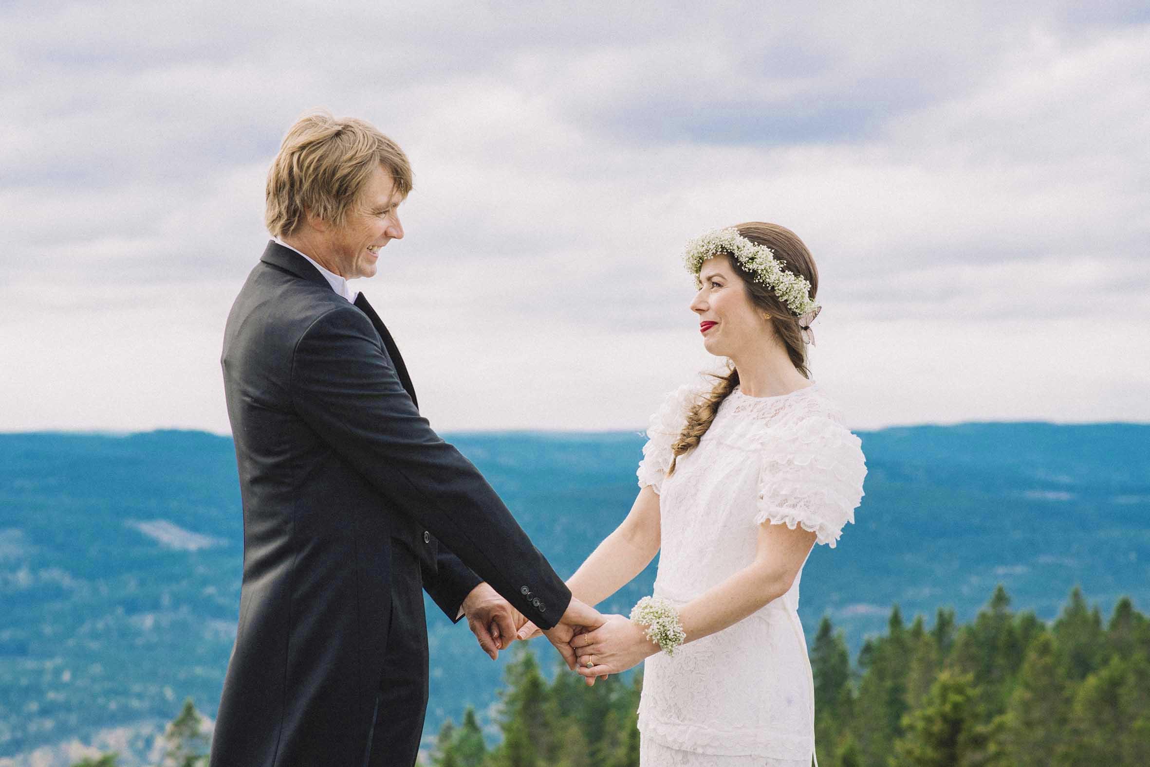 Bryllups fotografering fra Oslo tak, par som holder hender, blå himmel
