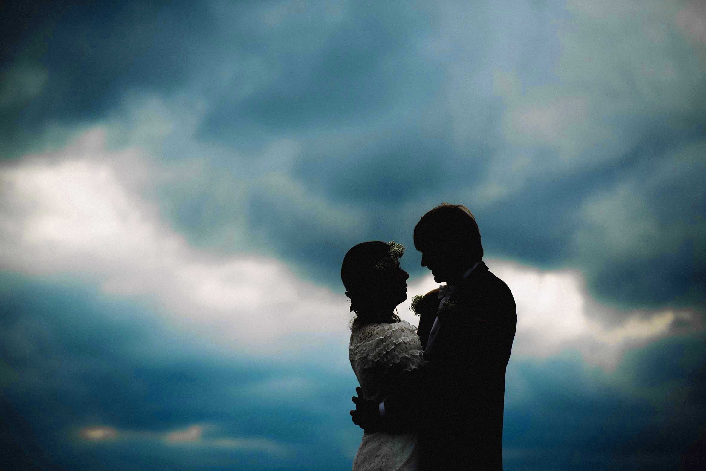 Dramatisk bilde svarte silhuetter, blå og mørk himmel, Oslos tak, bryllupsfotograf Oslo