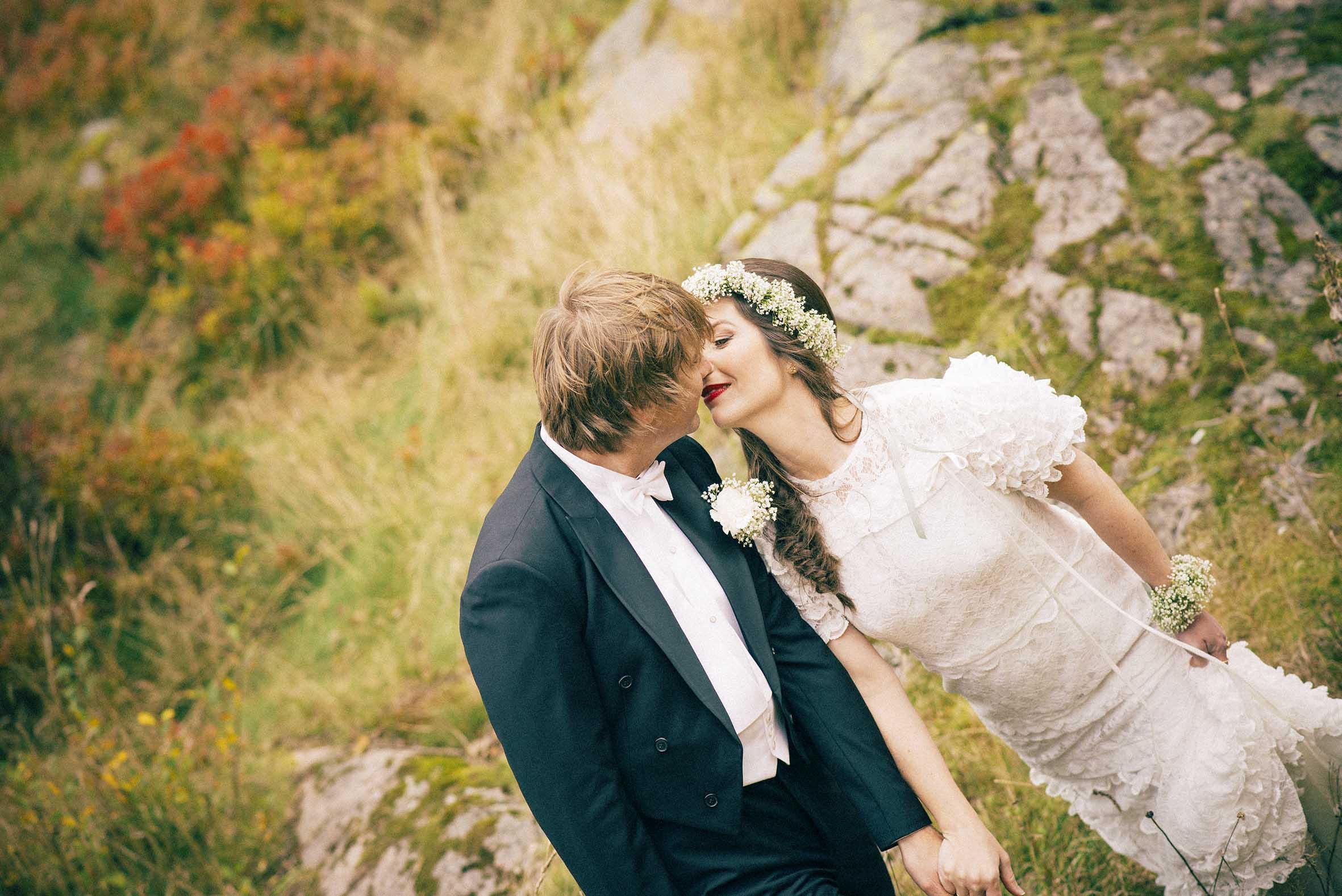 Kysset i skogen, romantisk bilde fra høst bryllupsfotografering