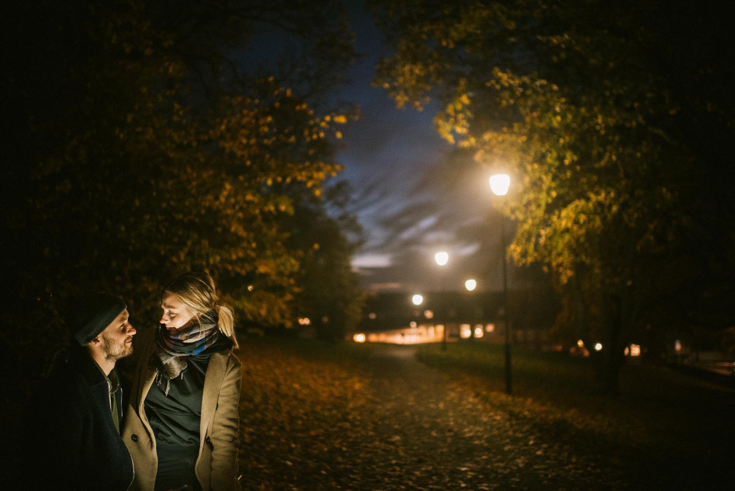 forlovelsesfotografering fra en park i Oslo. Mann og kvinne ser på hverandre