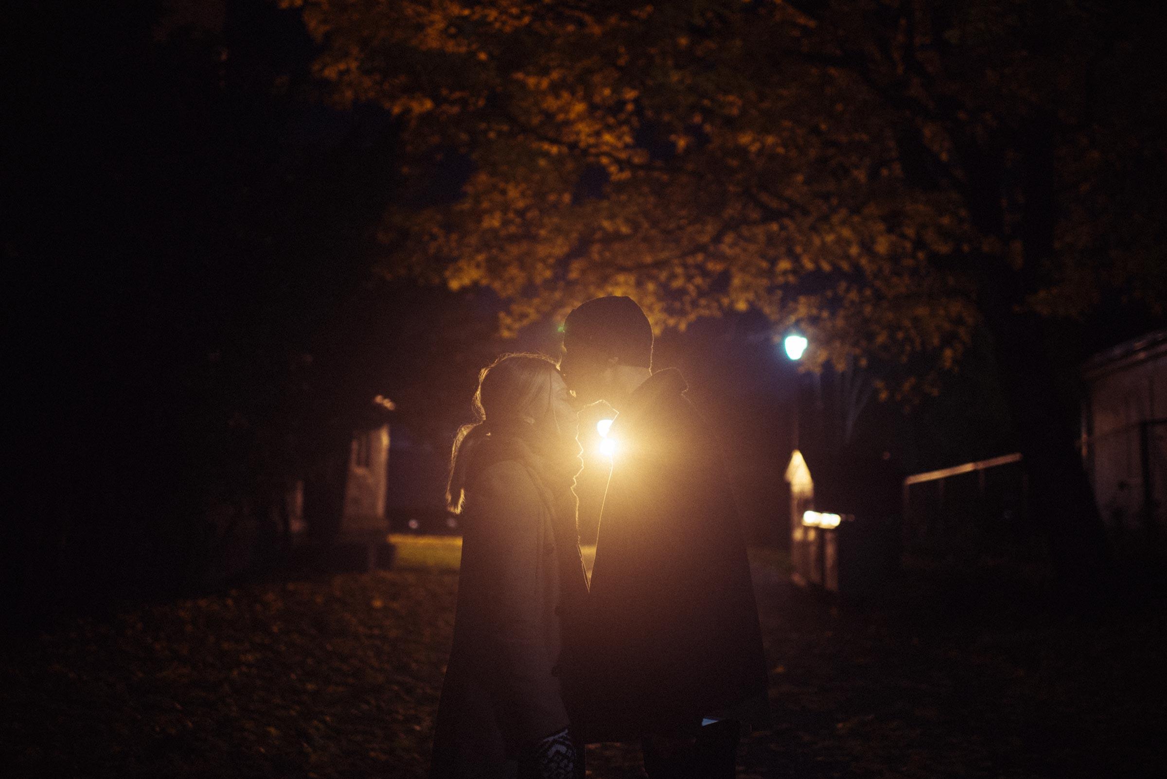 forlovelsesfotografering fra en høstkveld i Oslo. Par kysser
