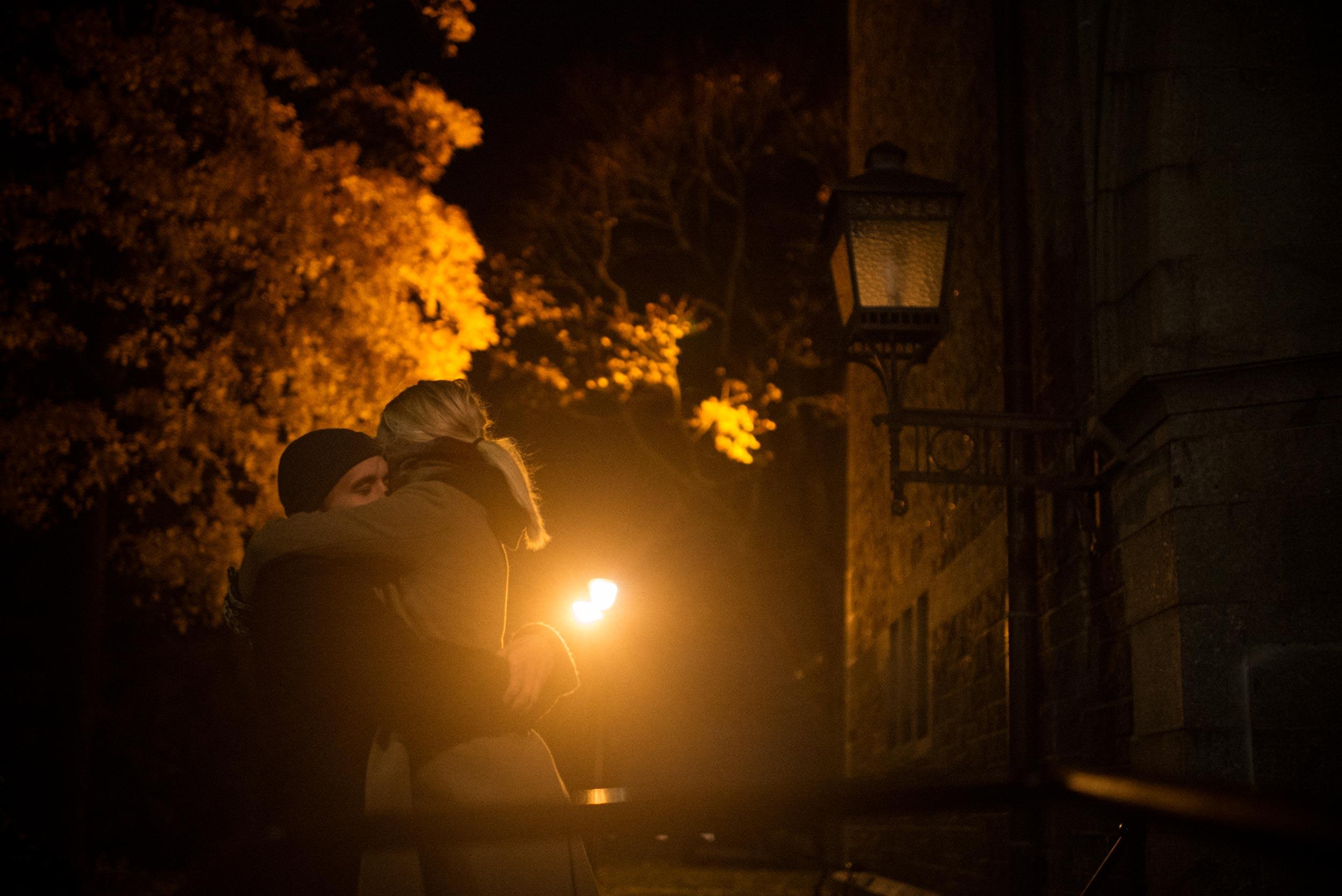 forlovelsesfotografering fra høst i Oslo. Par klemmer