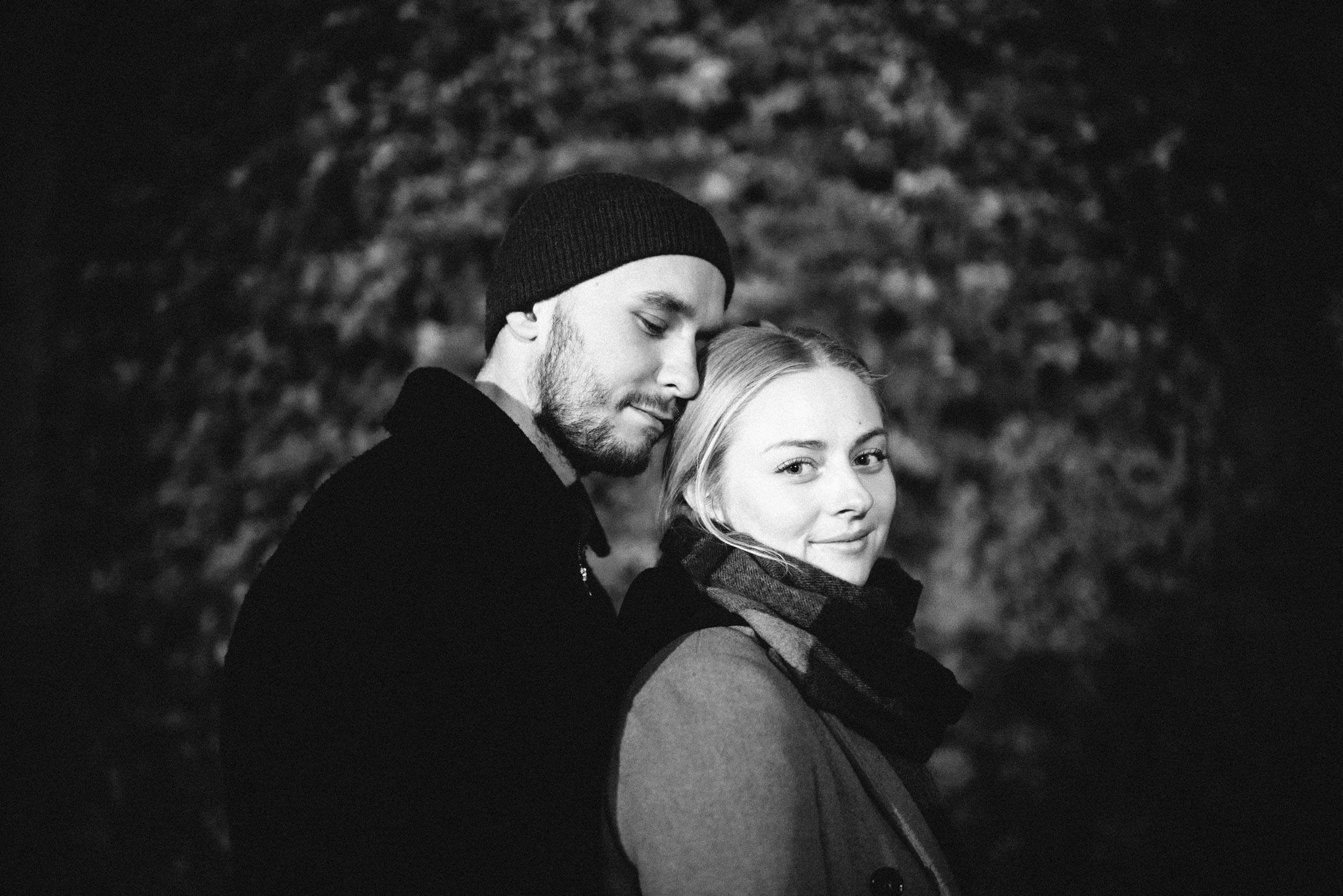 forlovelsesfotografering fra høst i Oslo. Mann klemmer kvinne