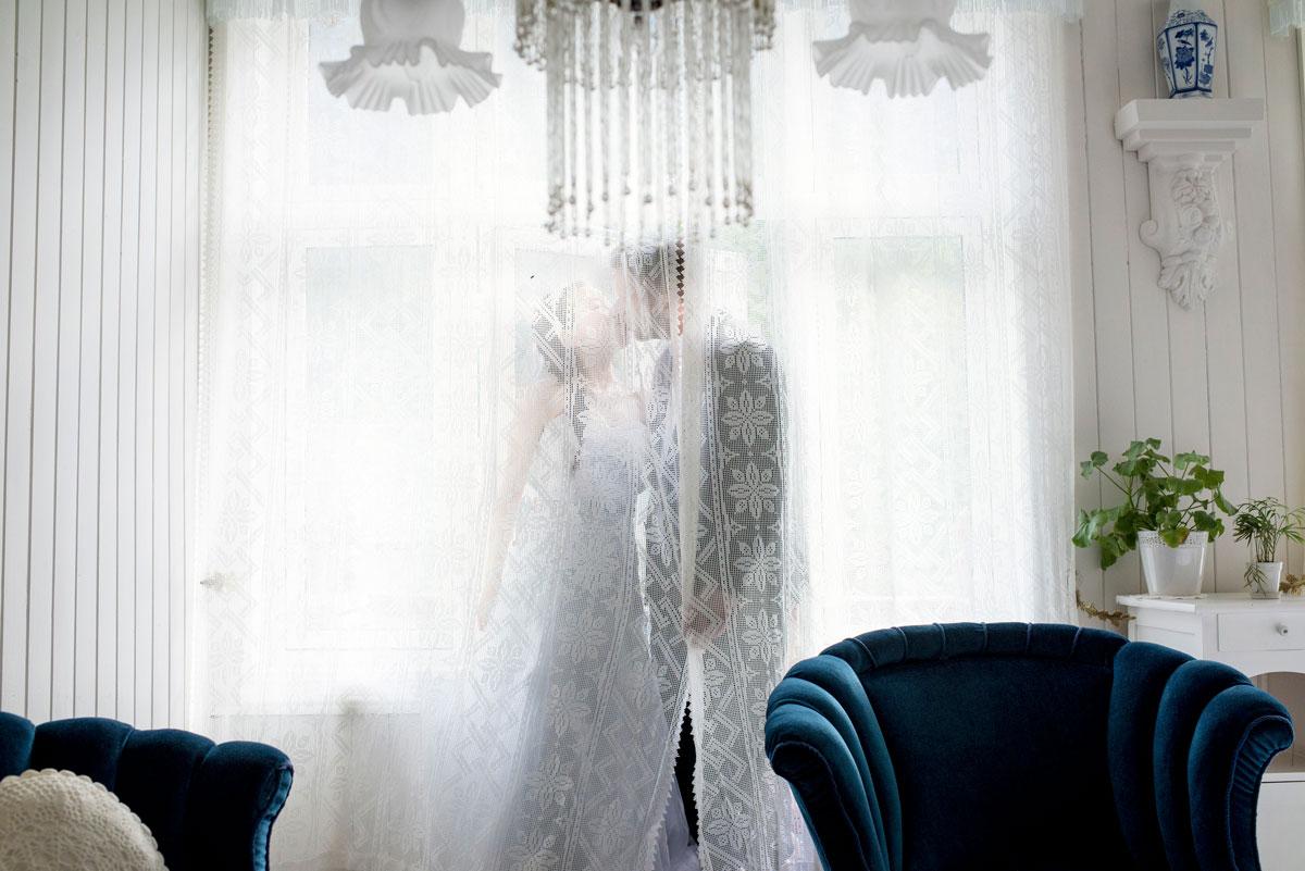 Romantisk øyeblikkk av brud og brudgom, bryllupsfotografering fra sunnmøre