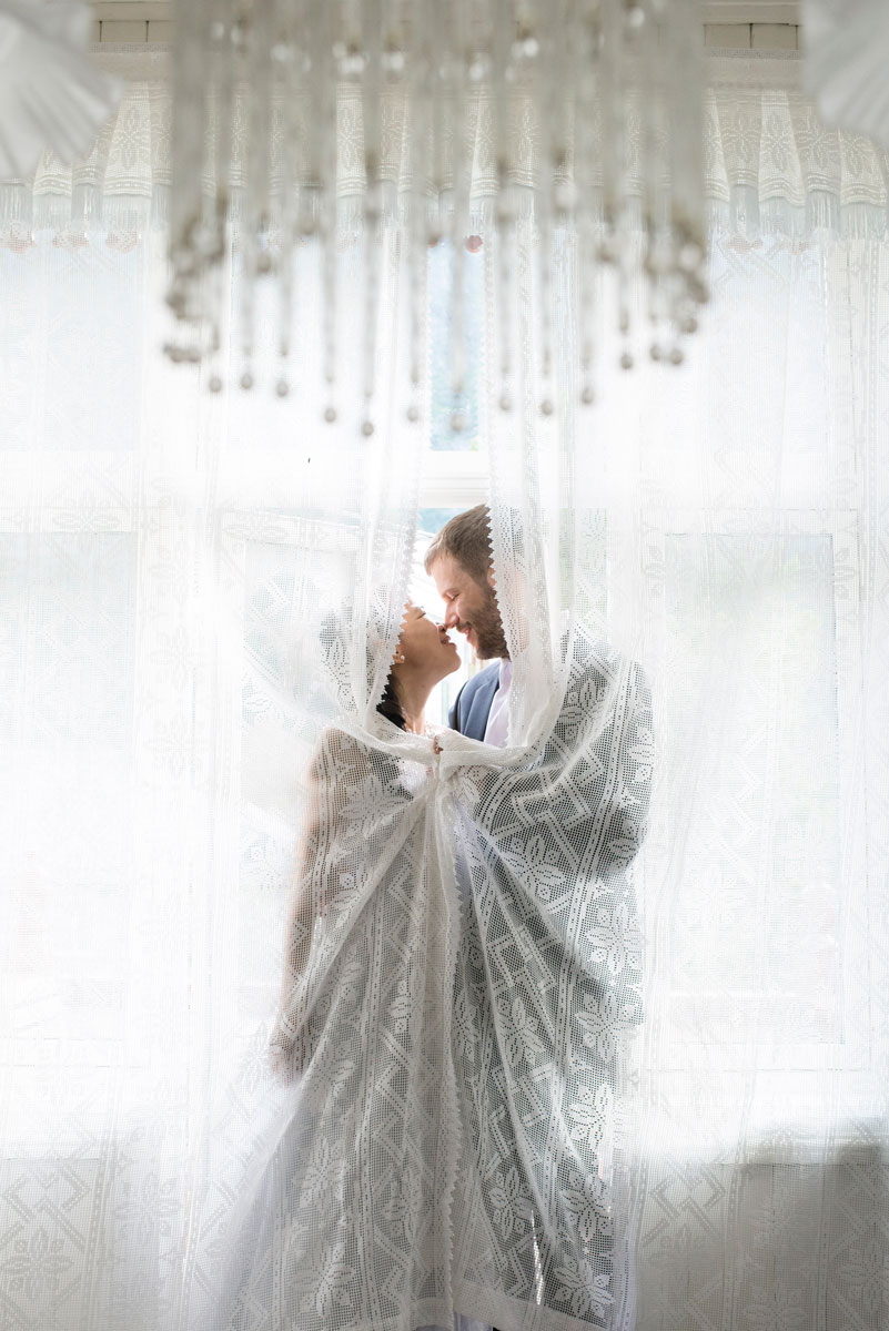 Bryllupsfotograf oslo fanger romantikk mellom mann og kvinne