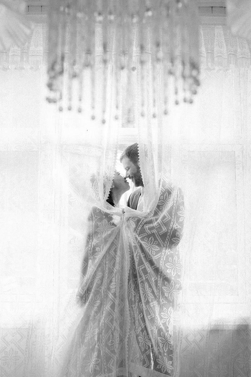 Romantisk øyeblikkk av brud og brudgom, mann ser på kvinne