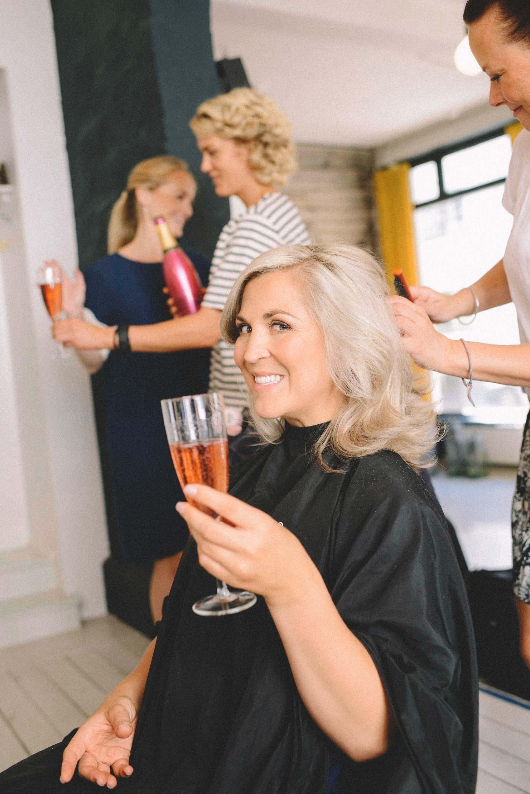 brud hos frisør, bryllupsfotografering fra Asker
