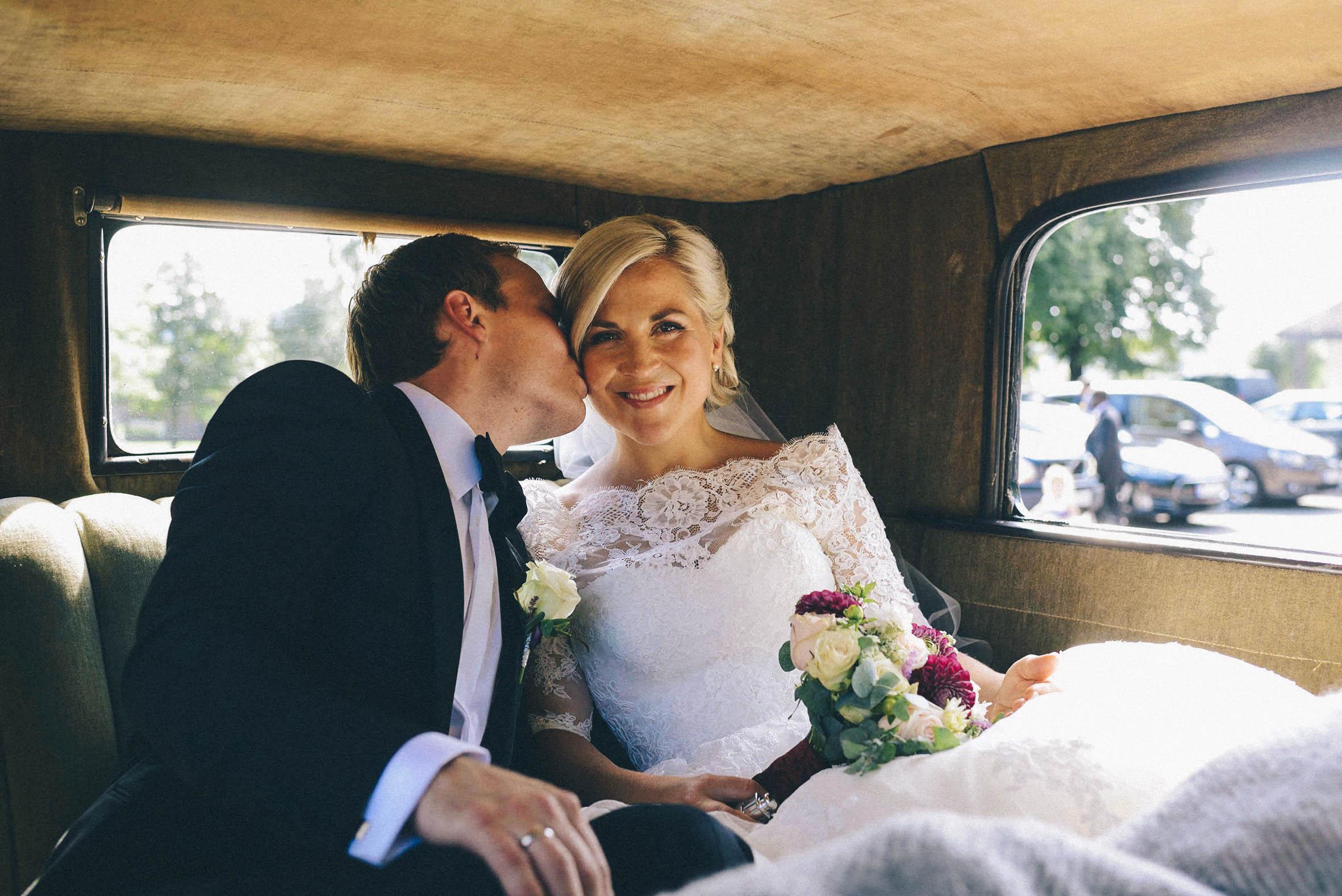 kyss etter vielsen. bryllupsfotografering fra Asker