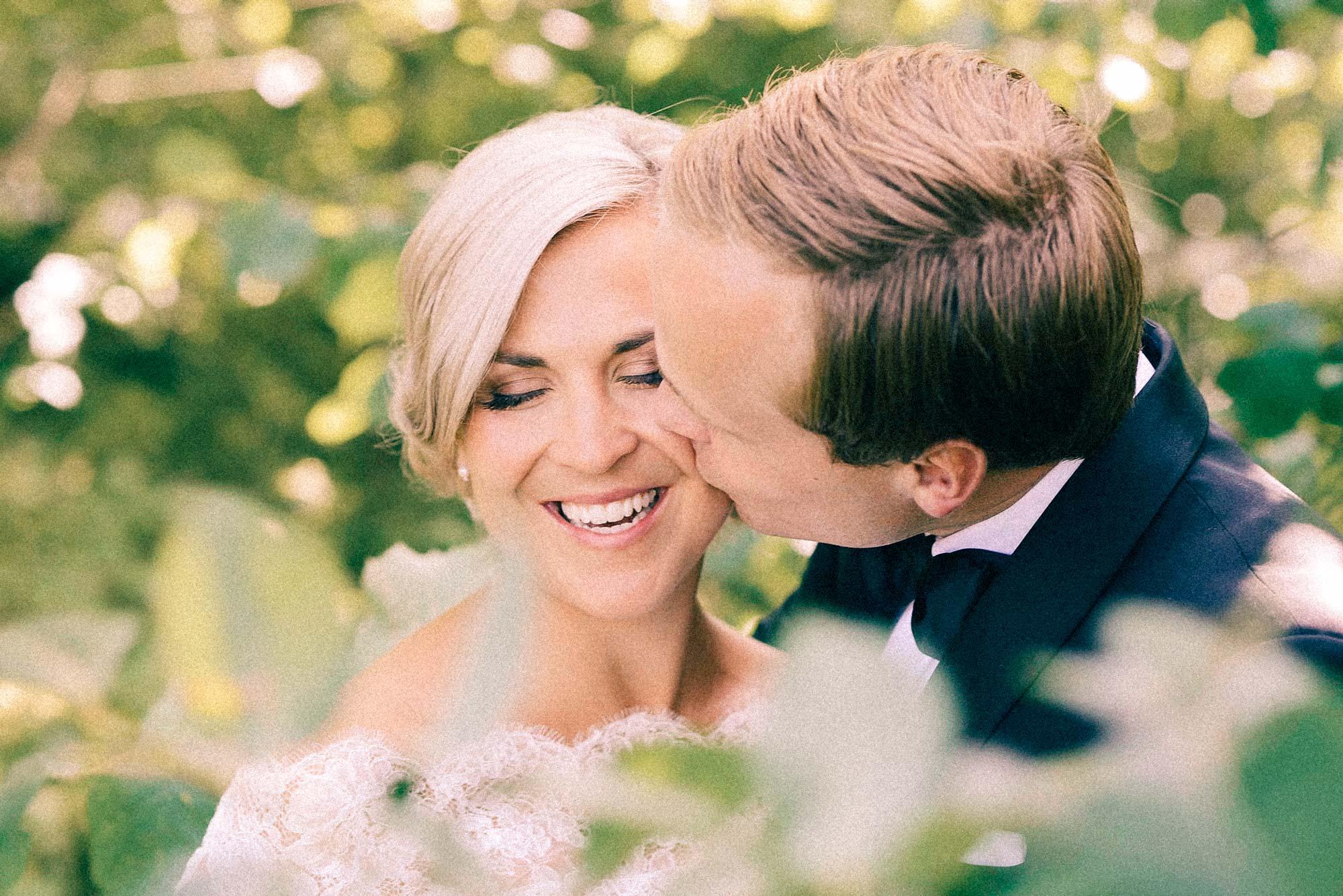 Nygift par, mannen kysser sin kone på kinnet