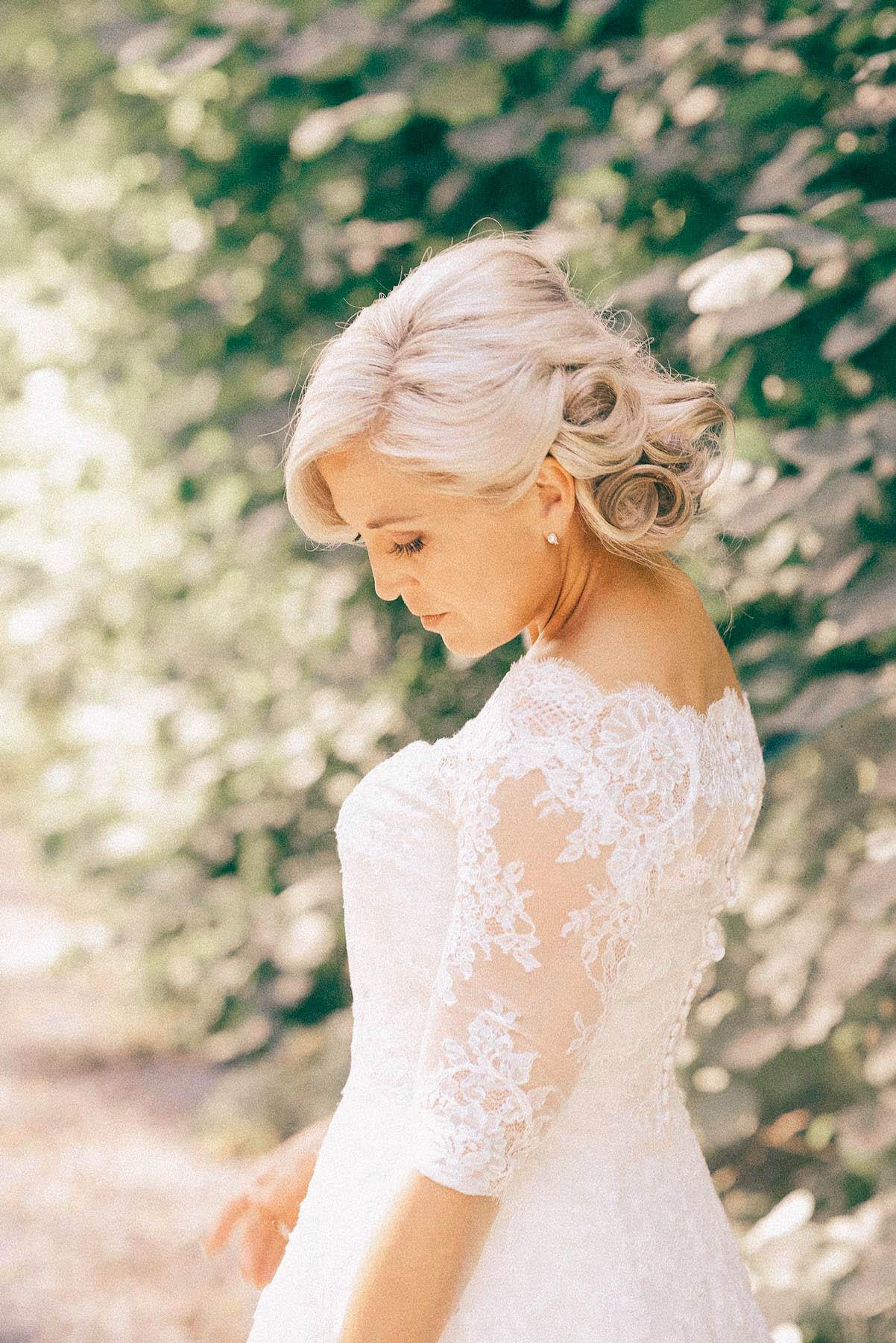 hvit brud poserer, bryllupsfotografering fra Asker
