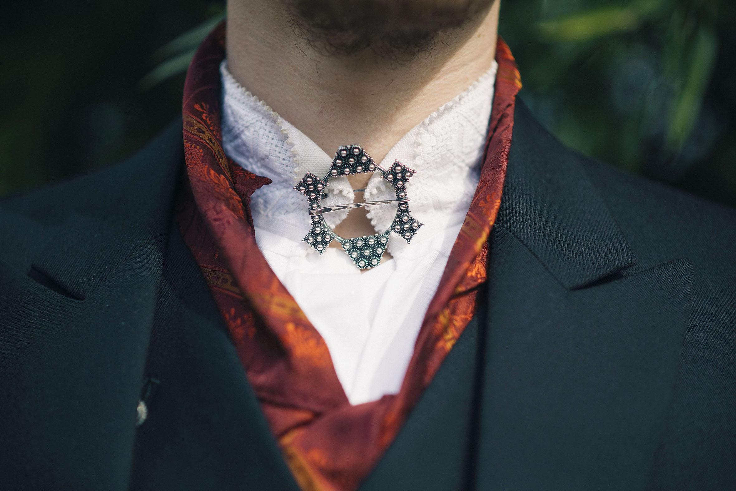 detalje bilde av halsen til brudgom