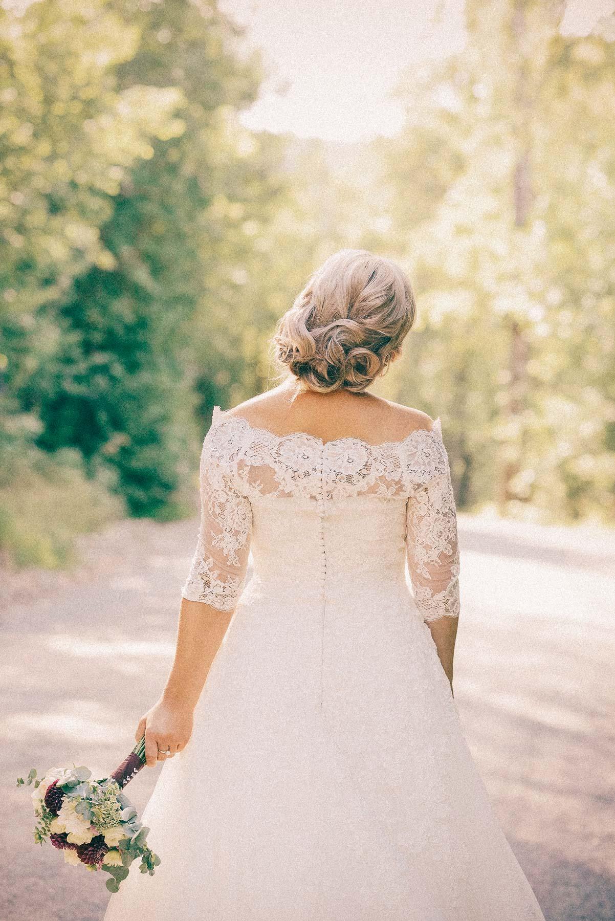 hvit brud poserer med blomster, bryllupsfotografering fra Asker