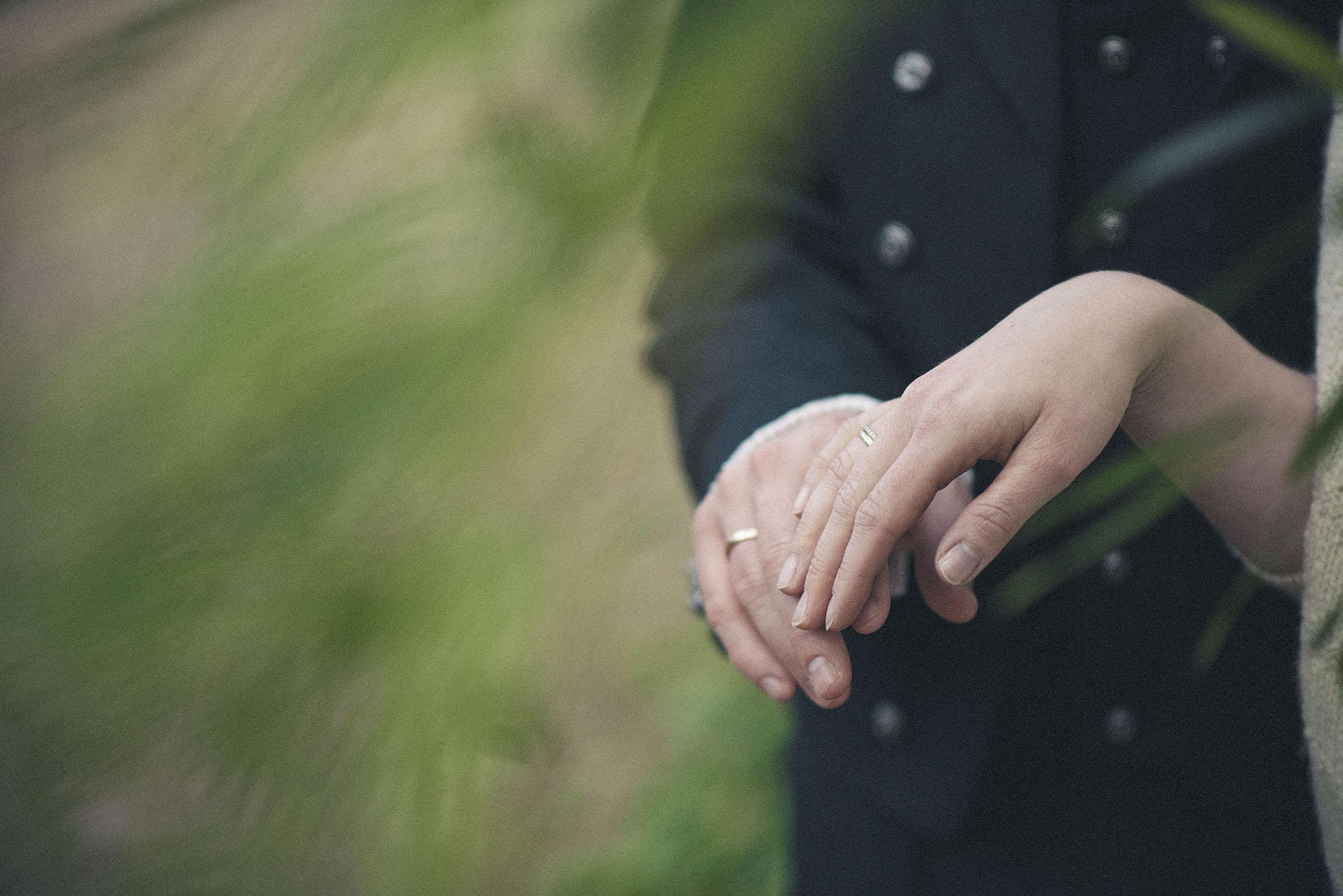 hender med gifteringer på