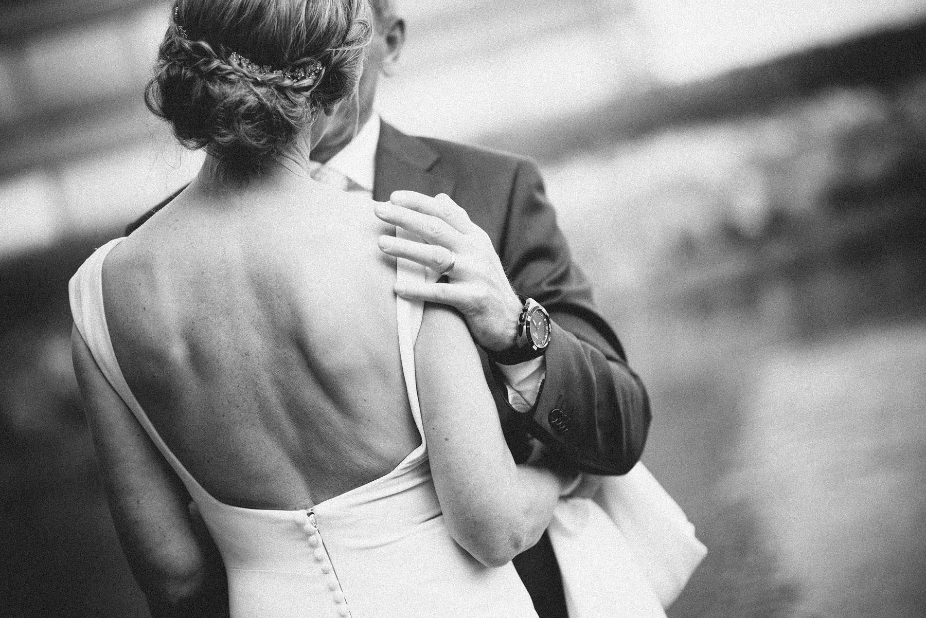 sort hvitt portrett av nygift par, bryllupsfotografering fra Oslo
