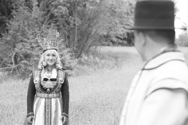 brud ser på sin ektemann, hun har på seg bunad og krone