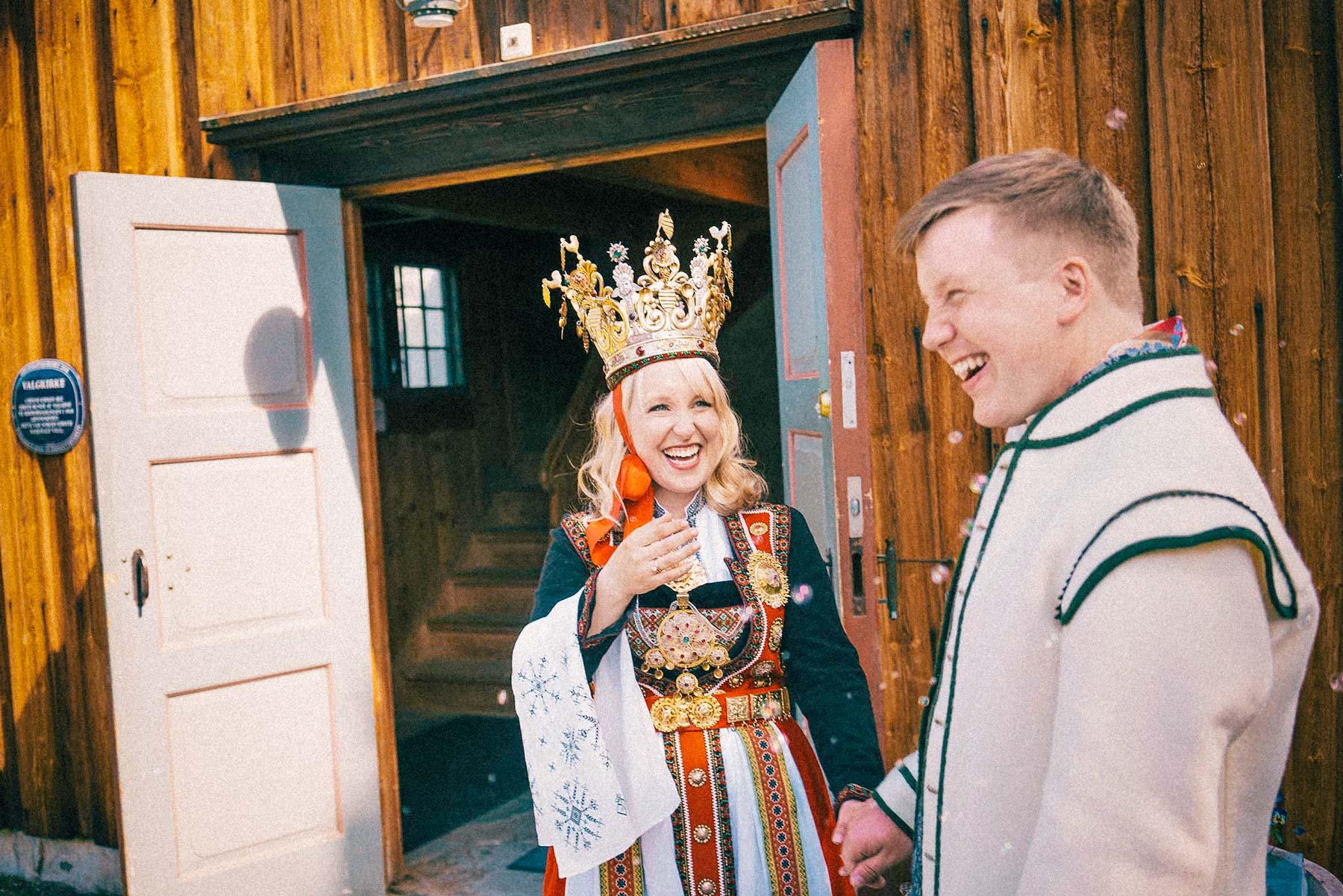 bunad bryllup, lek med såpebobler utenfor kirke
