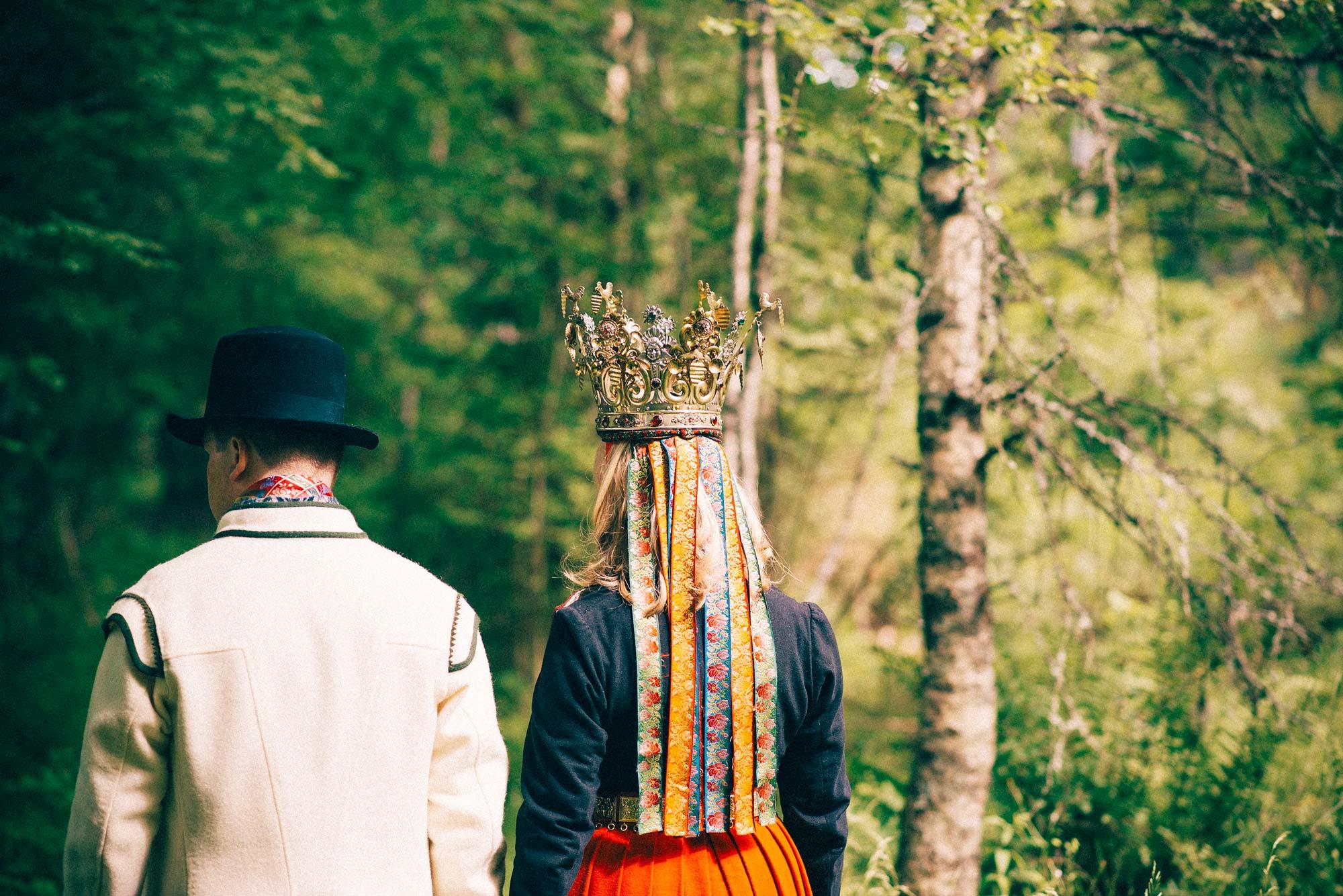 brud og brudgom går i skogen