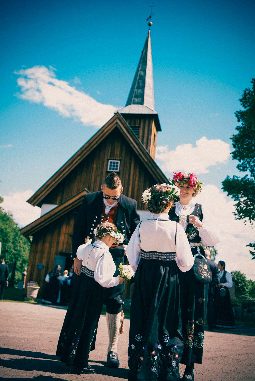 bunad bryllup, tre små blomsterpiker utenfor kirke