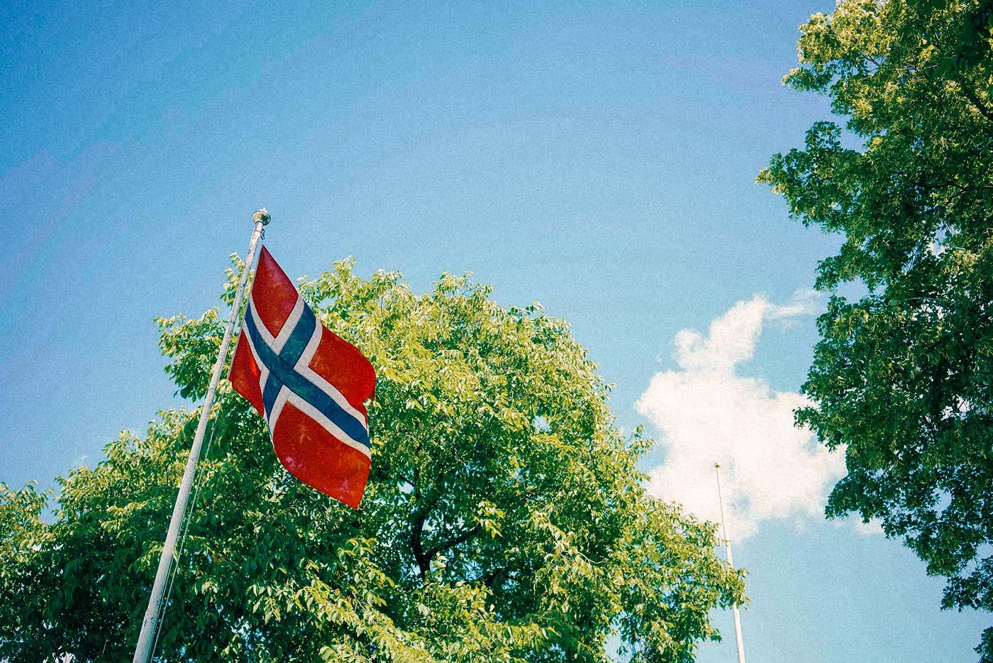 bunad bryllup fra Nesodden, norske flagget i vinden