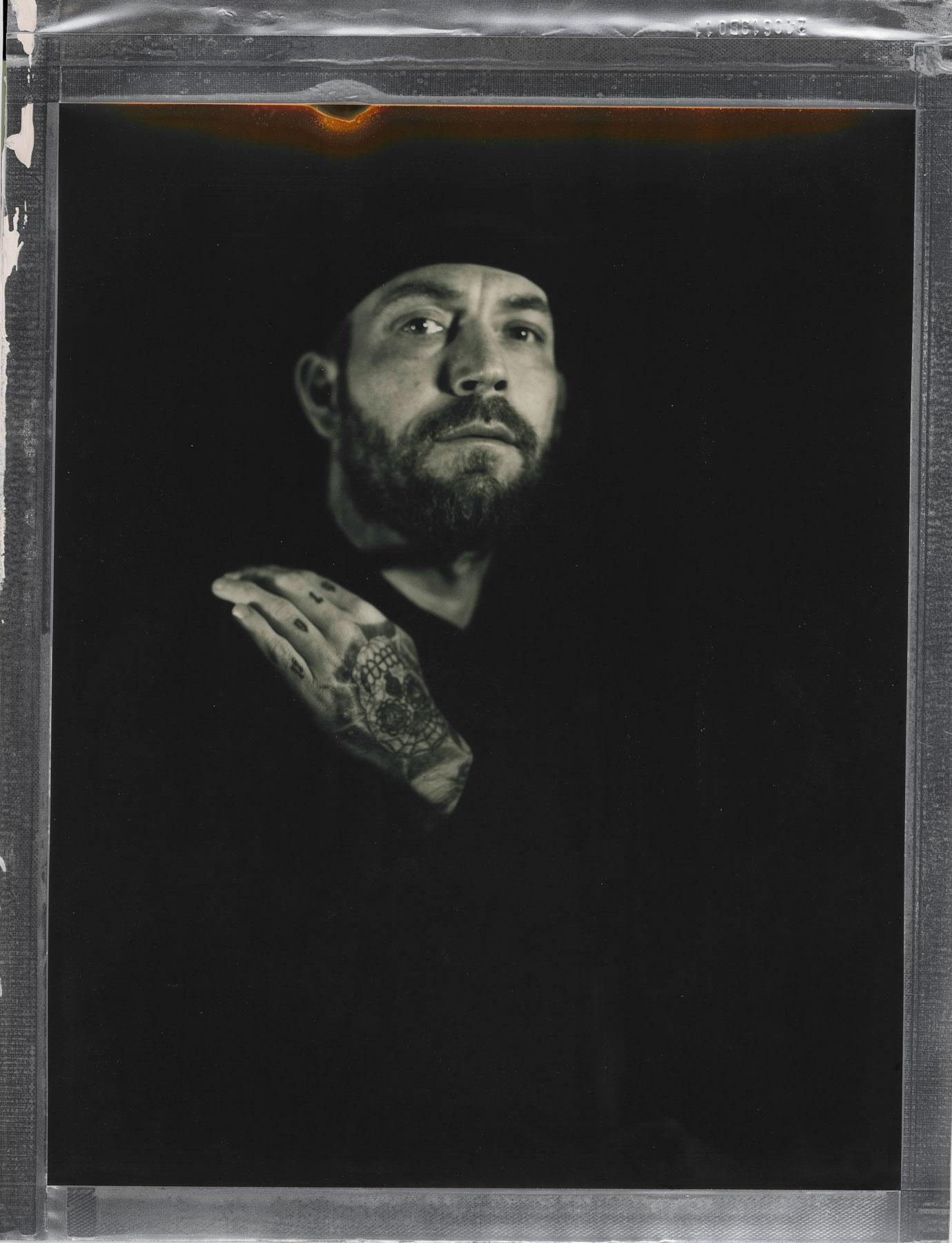 Fotograf i Oslo portretterer en mann med tatoveringer