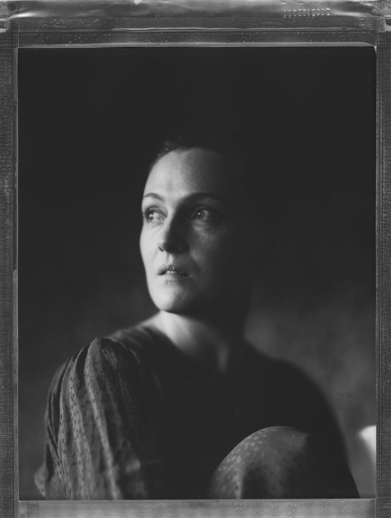 Fotograf i Oslo fanger en kvinne som ser ut av vindu