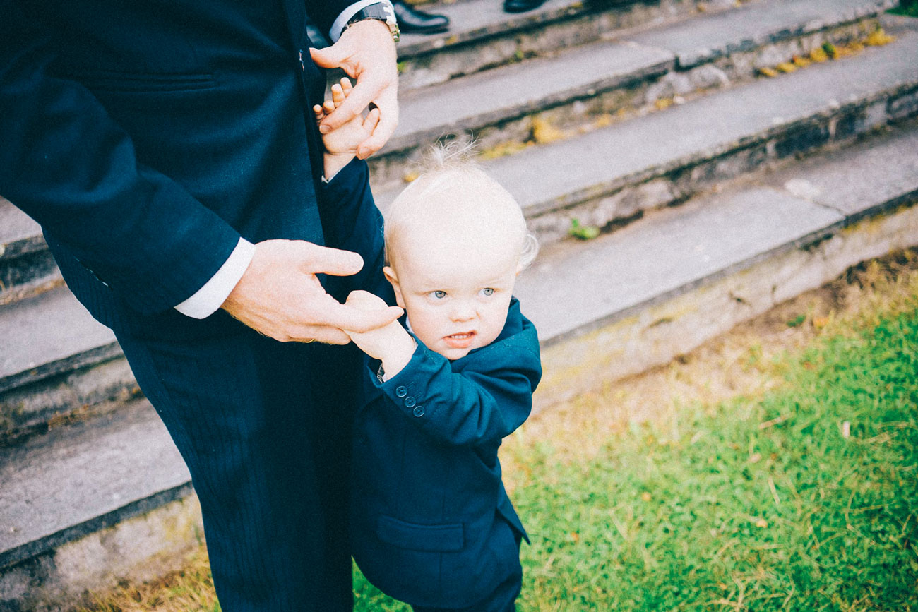 Bryllupsfotografering fra Hamar, liten gutt med dress