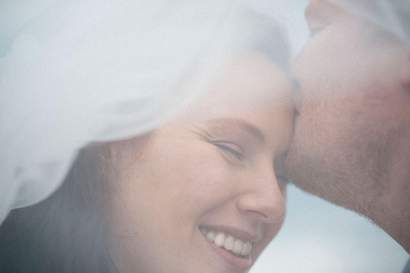 Bryllupsfotografering under sløret til bruden