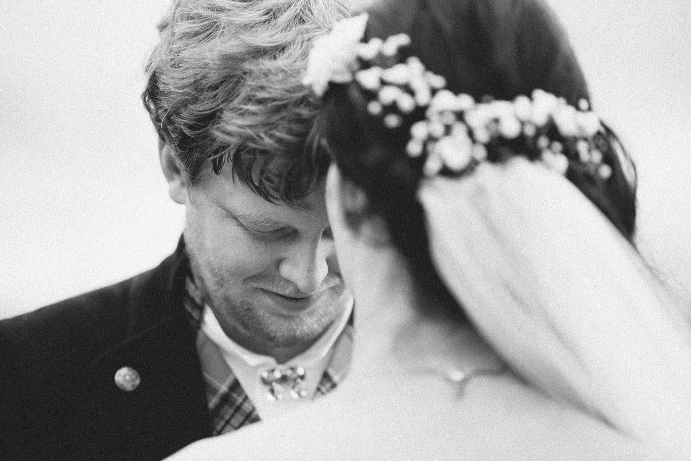 Bryllupsfotografering ved Mjøsa, brud og brudgom ser på hverandre