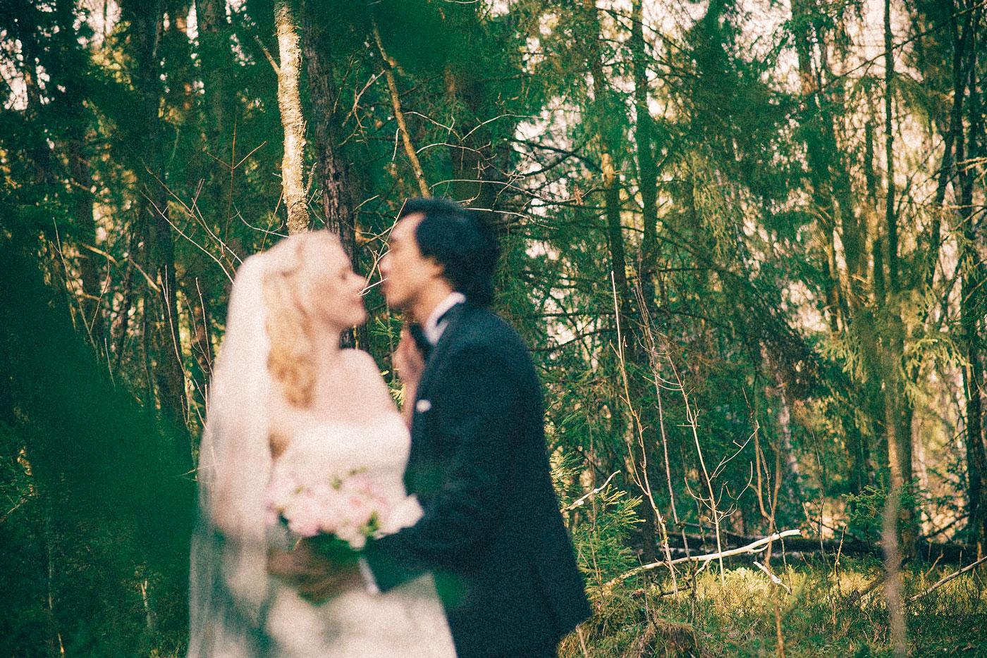 fotograf bryllup nygift par kysser