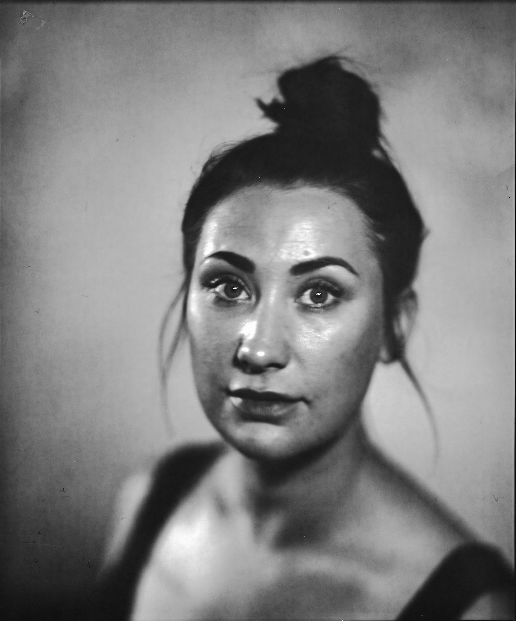 Portrettfotograf fanger en ung kvinne med oppsatt hår