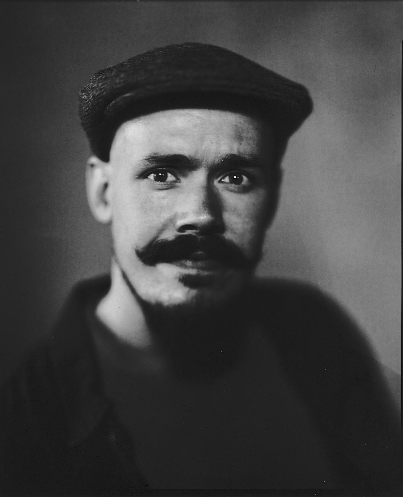 Fotograf i Oslo tar et portrett av en ung mann med hatt