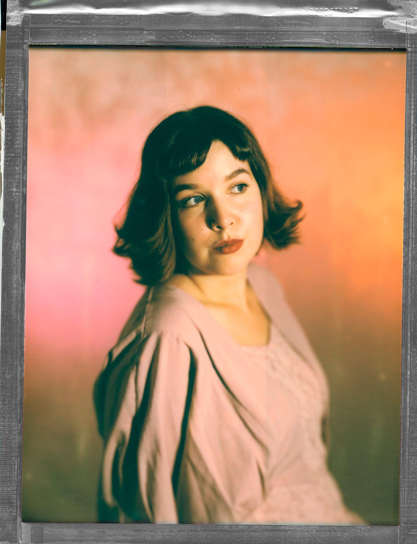 ung kvinne i rosa kjole tatt av portrettfotograf Oslo