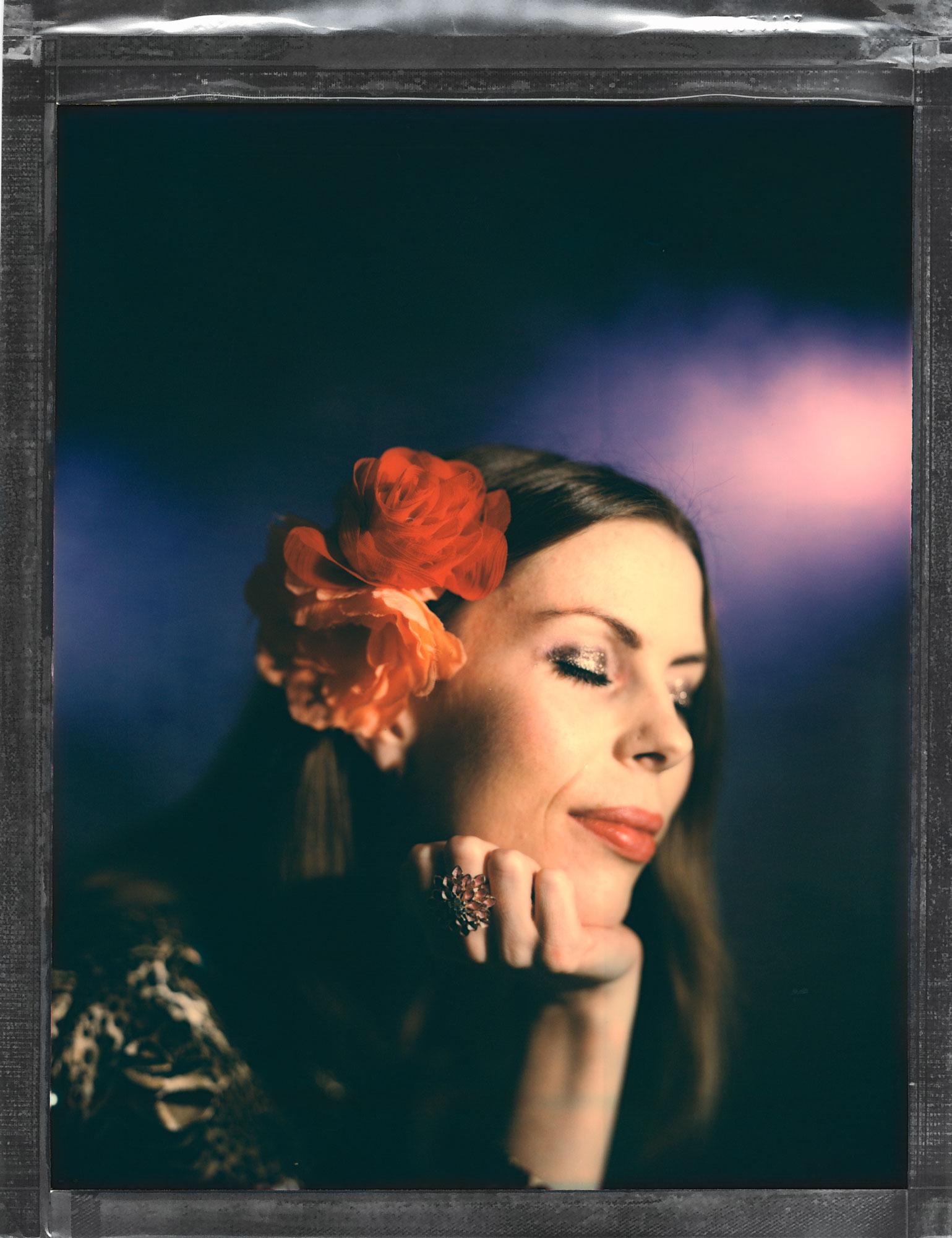 Headshot portrettfotografering av en vakker skuespiller med blomster i håret