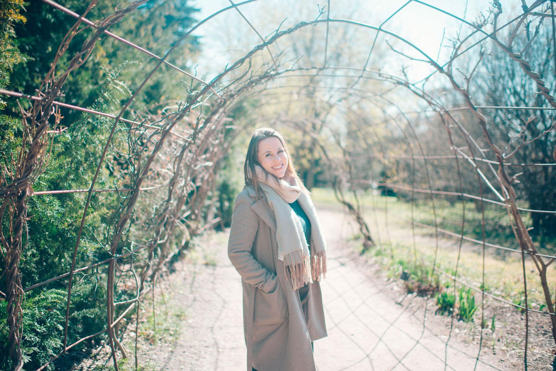 Vigsler Anne smiler i botanisk hage