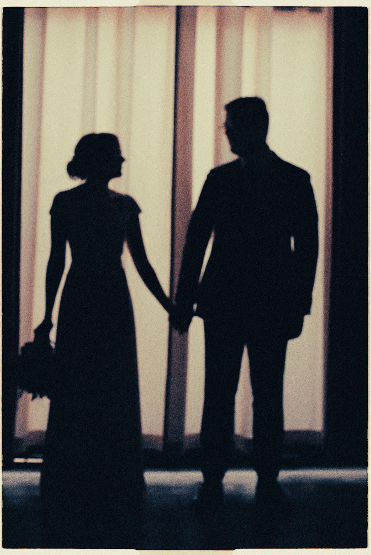Mann og kvinne holder hender