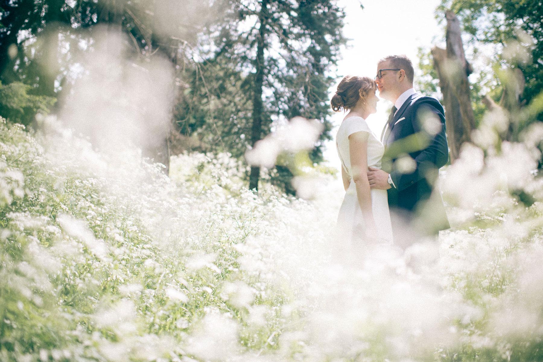 par som akkurat har giftet seg ser på hverandre i botanisk hage