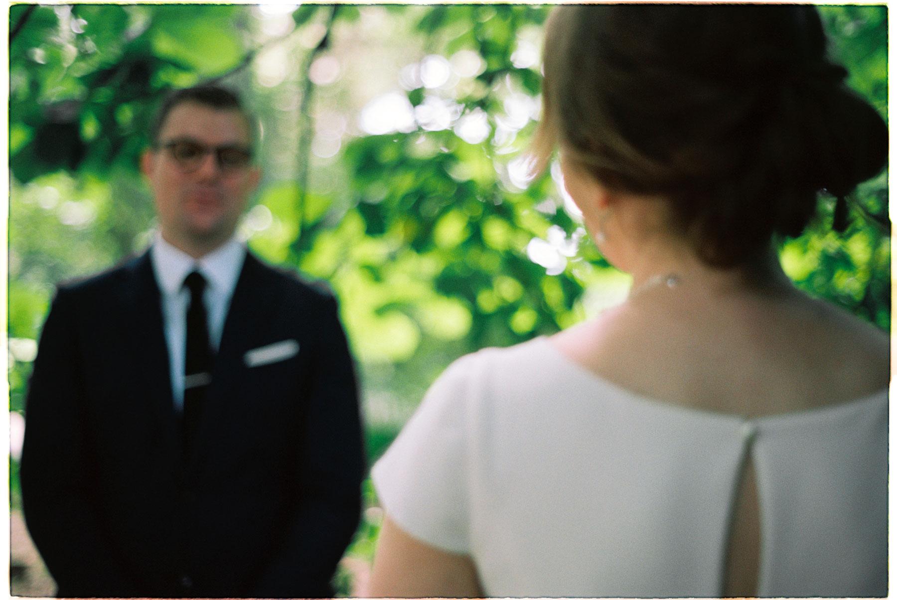 bryllupsfotografering fra botanisk hage, brud ser på brudgom