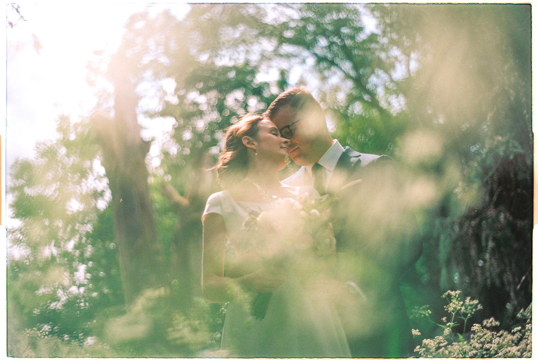 Mann og kvinne klemmer bryllup fra botanisk hage