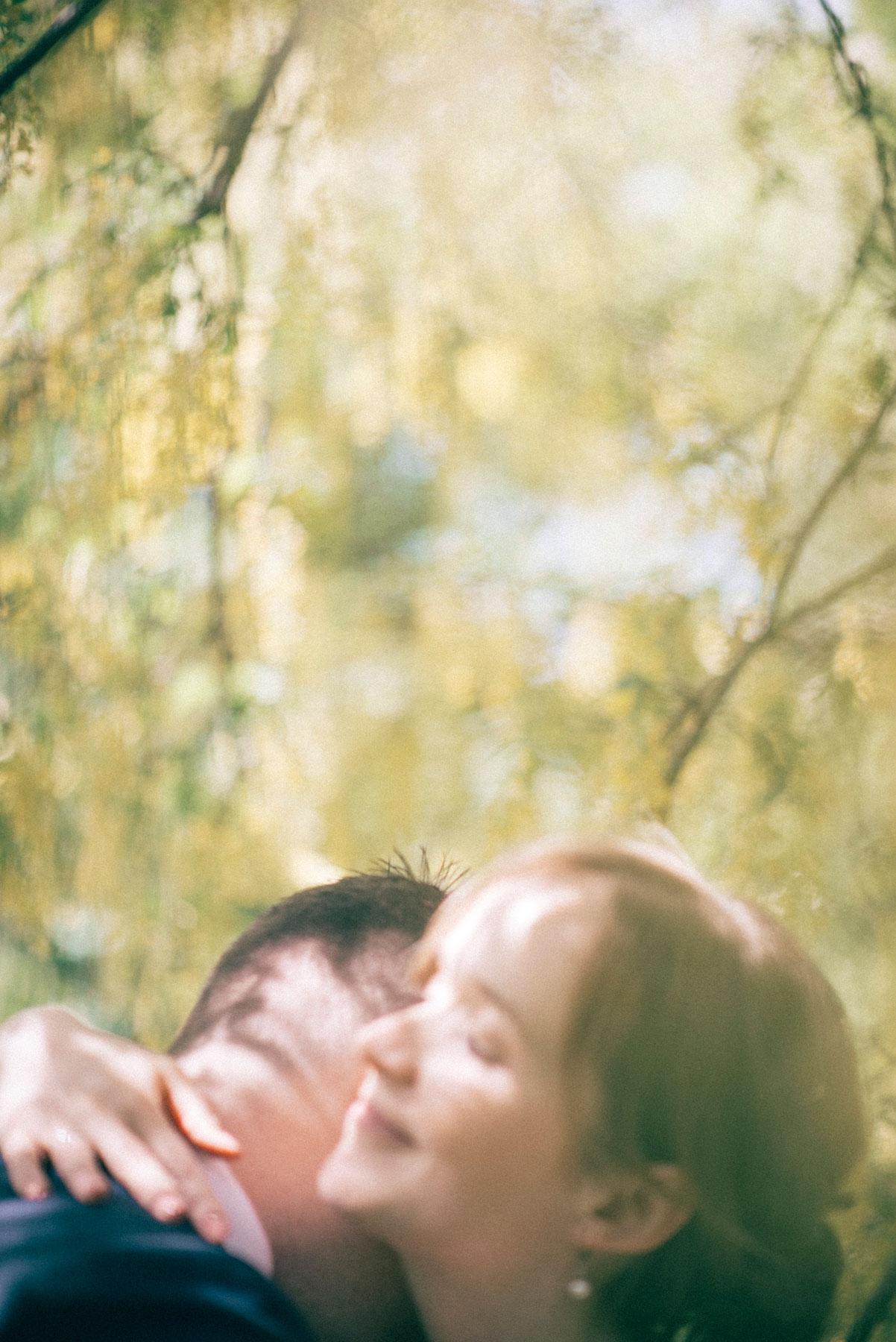 Bryllup fra botanisk hage der nygift par klemmer